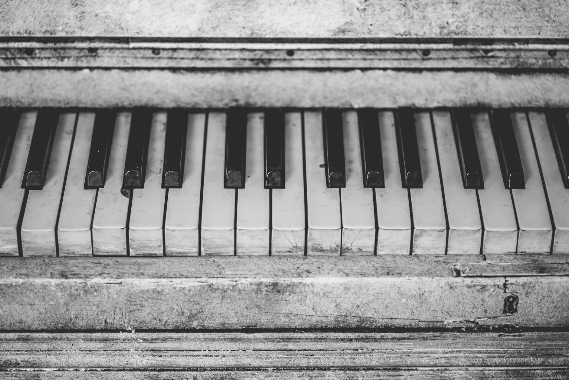 grayscale piano keys